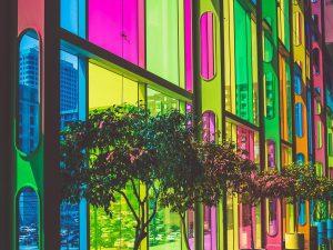 színes üveg falburkolat
